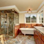 Amenajare BAIE stil mediteraneean – mozaic travertin – cadă – instalatii sanitare – gletuire – zugravire